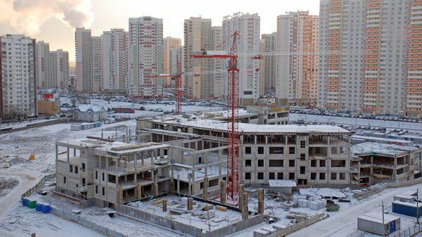 Строительство здания новой школы в зимний день