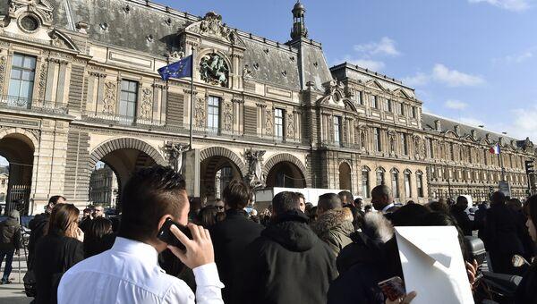 Люди возле здания Лувра в Париже, где неизвестный напал на военнослужащего, Франция. 3 февраля 2017. Архивное фото