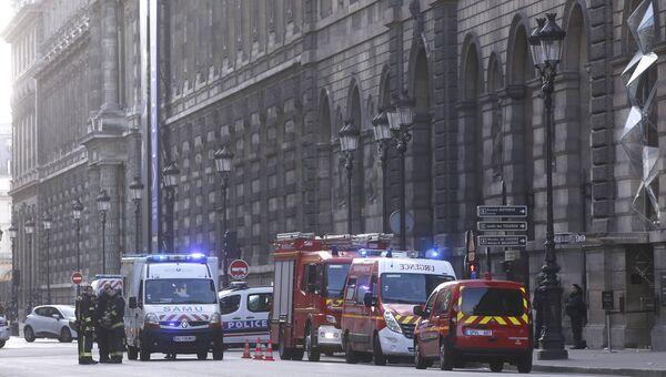 Спасатели и сотрудники полиции возле здания Лувра в Париже, где неизвестный напал на военнослужащего, Франция. 3 февраля 2017
