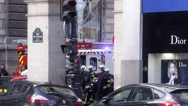 Спасатели несут носилки возле здания Лувра в Париже, где неизвестный напал на военнослужащего, Франция. 3 февраля 2017