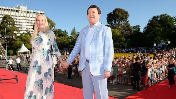 Певец Иосиф Кобзон с супругой Нелли на церемонии закрытия 27-го Открытого российского кинофестиваля Кинотавр в Сочи
