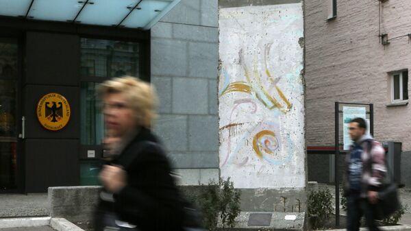 Фрагмент Берлинской стены у здания посольства ФРГ в Киеве