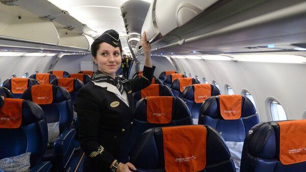 Бортпроводница рейса SU 1307 авиакомпании Аэрофлот во время подготовки к рейсу в салоне самолета А-321 на стоянке в новосибирском аэропорту Толмачево