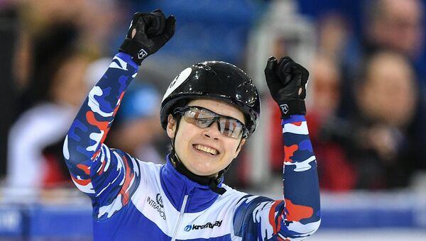 София Просвирнова в финальном забеге эстафеты на 3000 м на этапе кубка мира по шорт-треку в Минске. 12 февраля 2017