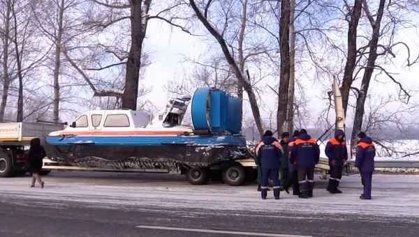 Сотрудники МЧС в районе места падения вертолета Robinson R-66 в Турочакском районе республики Алтай на озере Телецкое