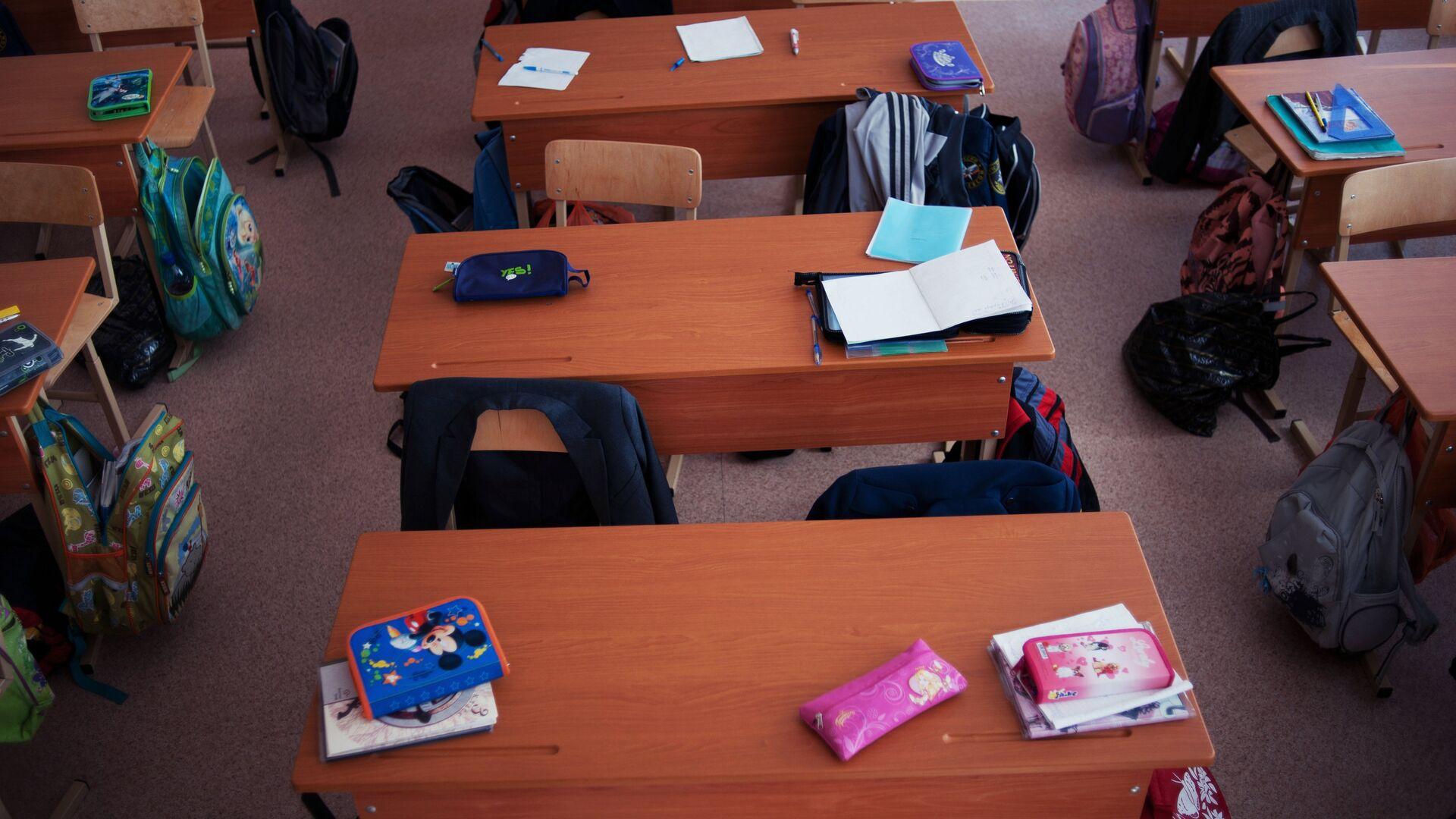 Пустые парты в школьном классе - РИА Новости, 1920, 26.04.2021