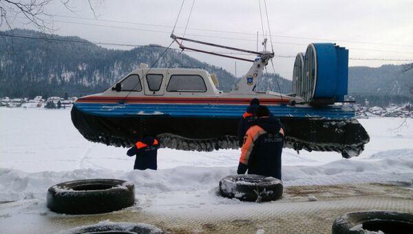 Сотрудники МЧС спускают на озеро Телецкое судно на воздушной подушке для проведения поисковых работ в связи с падением вертолета Робинсон