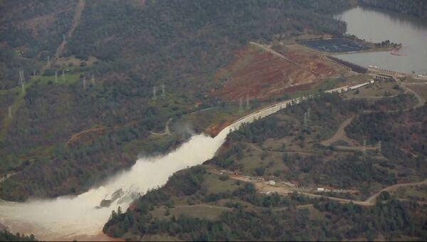 Разрушение плотины в Оровилле: вид на дамбу и кадры из эвакуационного приюта