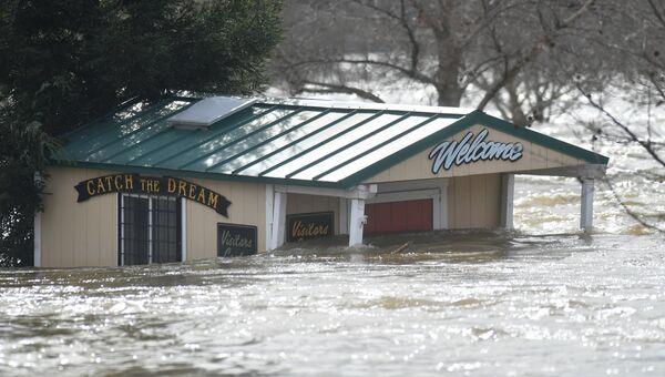 Затопленное здание в районе разрушения плотины в городе Оровилл. Архивное фото