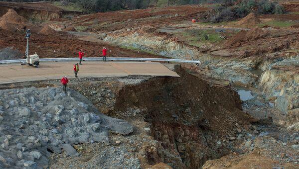 Последствия разрушения плотины в городе Оровилл, штат Калифорния. 13 февраля 2017