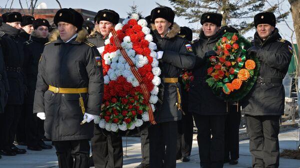 Военнослужащие на Морском кладбище Владивостока