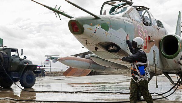 Подготовка штурмовика Су-25 ВКС России на авиабазе Хмеймим в Сирии к вылету в пункт постоянной дислокации на территории России