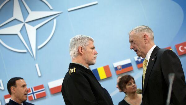 Председатель военного комитета НАТО генерал Петр Павел и министр обороны США Джим Маттис на встрече министров обороны стран членов НАТО в Брюсселе