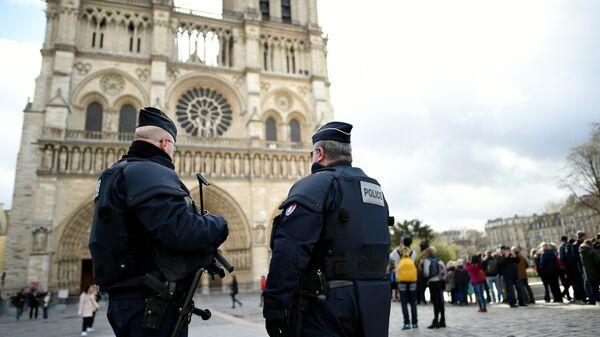 Сотрудники правоохранительных органов Франции во время патрулирования. Архивное фото