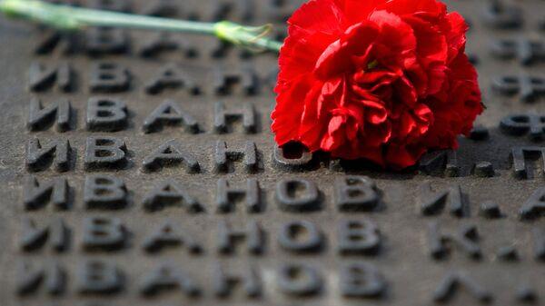 Гвоздика на мемориале участникам ВОВ. Архивное фото