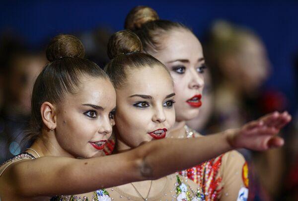 Российские спортсменки Дина и Арина Аверины наблюдают за финалом групповой программы по художественной гимнастики Гран-при Москвы