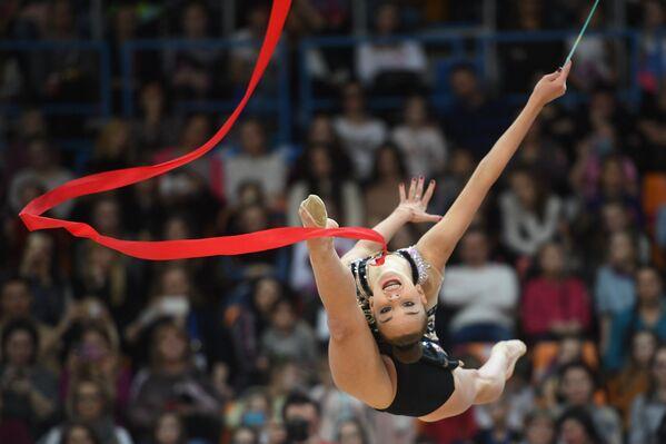 Дина Аверина (Россия) выполняет упражнение с лентой в финале индивидуальной программы по художественной гимнастики Гран-при Москвы