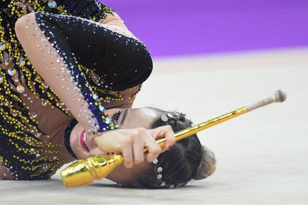 Николь Рупрехт (Австрия) выполняет упражнение с булавами в финале индивидуальной программы по художественной гимнастики Гран-при Москвы