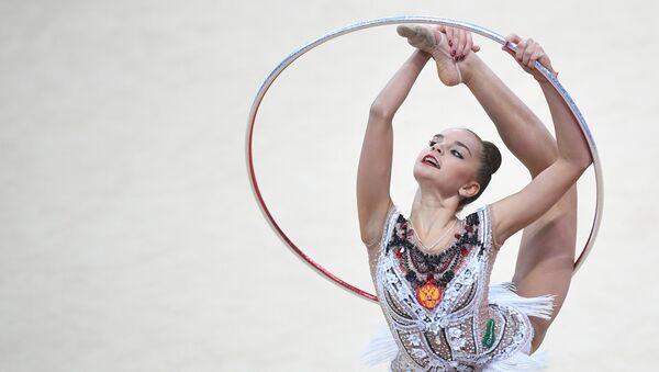 Дина Аверина (Россия) выполняет упражнение с обручем. Архивное фото