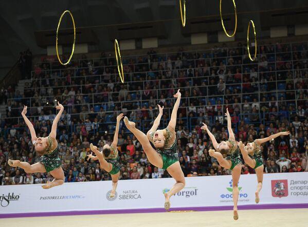 Команда России выполняет упражнение с 5-ю обручами в финале групповой программы по художественной гимнастики Гран-при Москвы