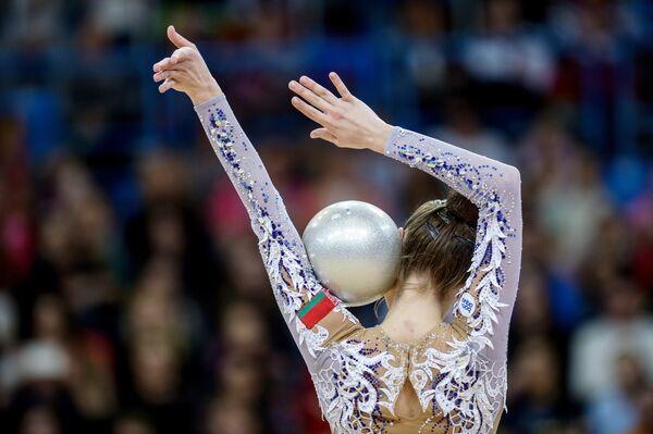 Екатерина Галкина (Белоруссия) выполняет упражнение с мячом в финале индивидуальной программы по художественной гимнастики Гран-при Москвы