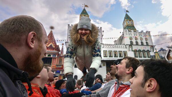Посетители во время празднования Масленицы в Центре русской культуры Кремль в Измайлово