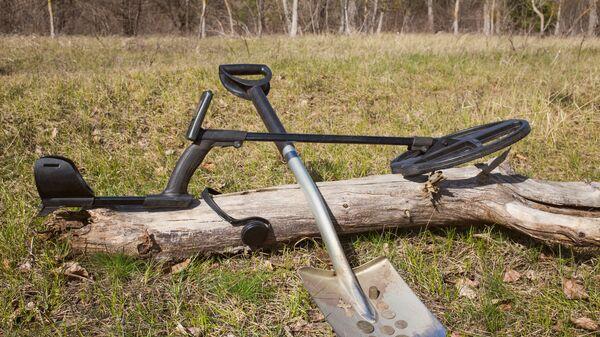 Металлоискатель и лопата