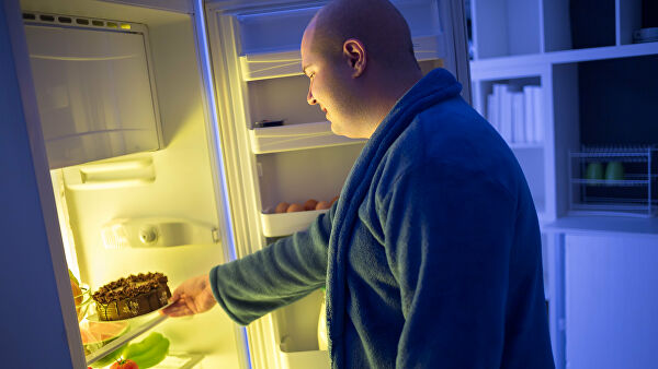 Толстый мужчина у холодильника