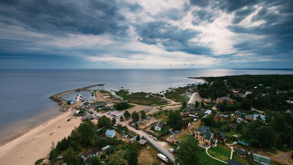 Вид на озеро со смотровой площадки Осиновецкого маяка Всеволожского района Ленинградской области