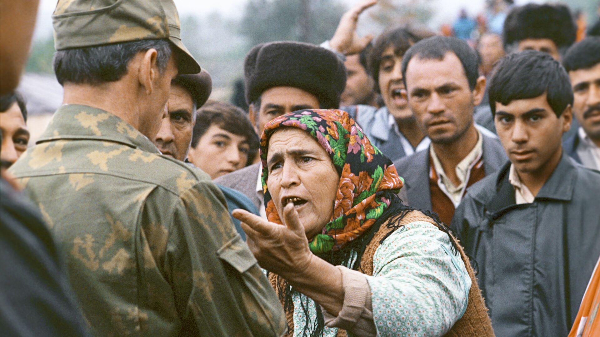 Пожилая жительница Нагорного Карабаха разговаривает с военнослужащим - РИА Новости, 1920, 19.09.2020