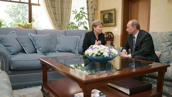 Президент России Владимир Путин посетил в Барвихе вдову Бориса Ельцина Наину Иосифовну по случаю 40 дней со дня смерти первого Президента России. Архивное фото
