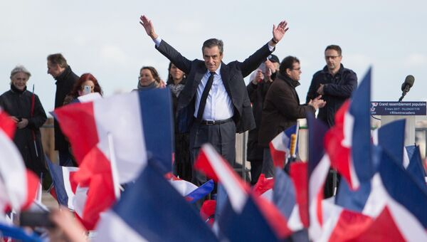 Кандидат в президенты от партии Республиканцев Франсуа Фийон на митинге поддержки его сторонниками в центре Парижа на Трокадеро