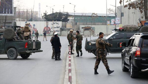 Афганские полицейские недалеко от места взрыва в Кабуле