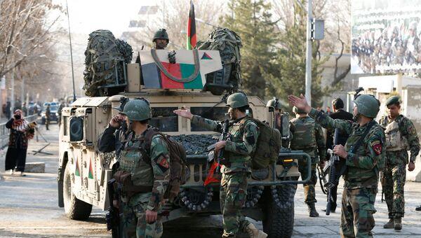 Афганские силовики у военного госпиталя в Кабуле, на который напали боевики, 8 марта 2017