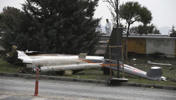 На месте разбившегося самолета в Стамбуле, Турция. 10 марта 2017