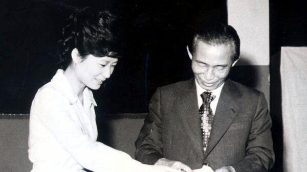 Пак Кын Хе и ее отец Пак Чон Хи. 1977 год
