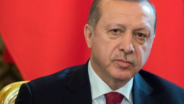 Президент Турции Реджеп Тайип Эрдоган во время беседы с президентом РФ Владимиром Путиным перед началом шестого заседания Совета сотрудничества высшего уровня межд РФ и Турцией