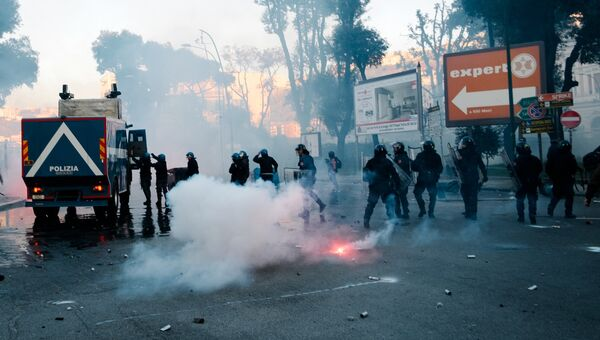 Столкновения сил правопорядка с протестующими против приезда в город лидера итальянской партии Лига Севера Маттео Сальвини. 11 марта 2017 года