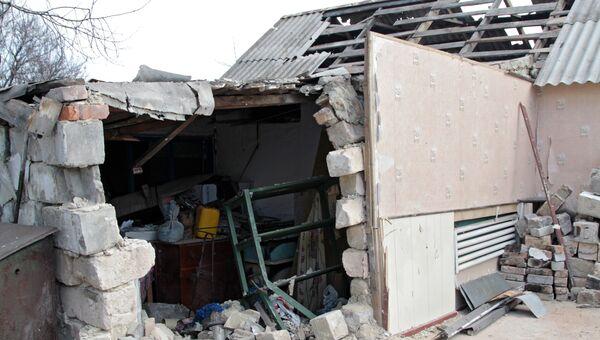 Жилой дом, поврежденный в результате обстрелов в поселке Луганское Донецкой области. Архивное фото