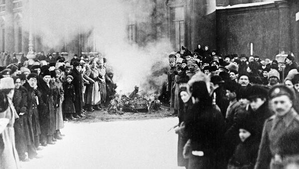 Сожжение государственных символов у Аничкова дворца во время Февральской революции