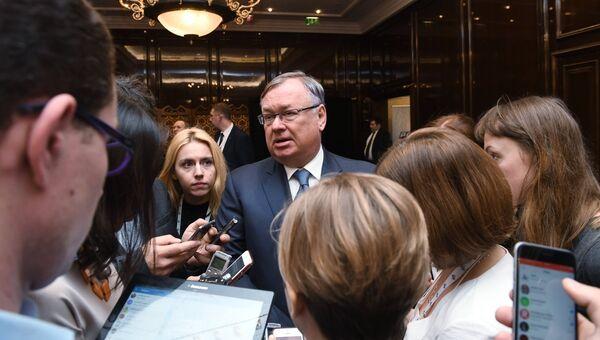 Президент - председатель правления банка ВТБ Андрей Костин общается с журналистами в кулуарах съезда РСПП. 16 марта 2017