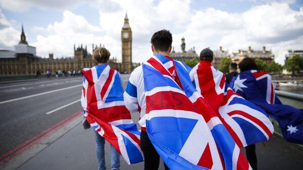 Люди с флагами Великобритании на Вестминстерском мосту в Лондоне. Архивное фото
