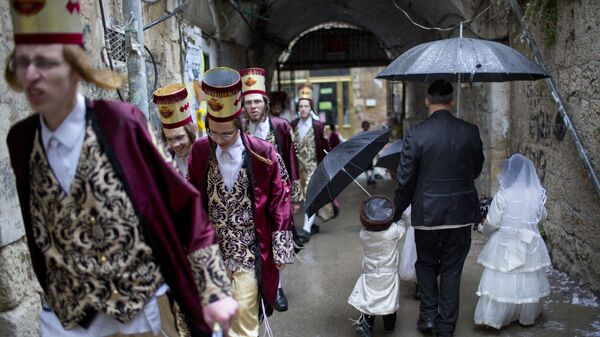 Ультра-ортодоксальные еврейские мужчины и дети во время еврейского праздника Пурим в Иерусалиме