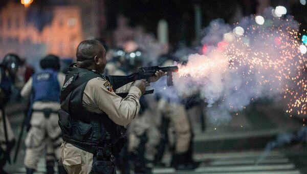 Сотрудники полиции во время столкновений с протестующими в Бразилии. Архивное фото