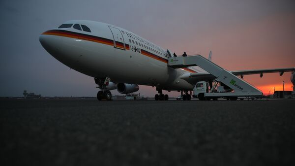 Самолет канцлера Германии Ангелы Меркель в ожидании пассажиров перед вылетов в США. Архивное фото