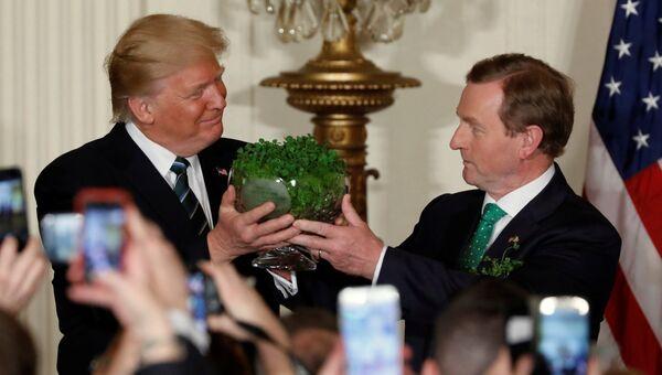 Энда Кенни подарил Дональду Трампу вазу с клевером