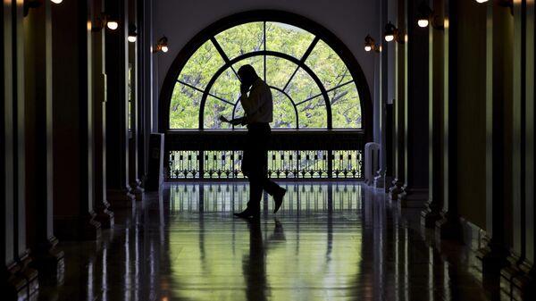 Сотрудник в здании Сената США на Капитолийском холме в Вашингтоне. Архивное фото
