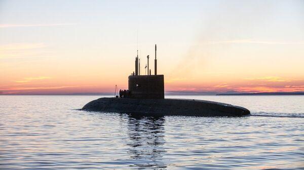Заводские ходовые испытания подводной лодки. Вид на левый борт