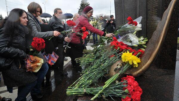 На церемонии открытия памятника жертвам авиакатастрофы самолета Boeing 737 в сквере перед входом в здание аэровокзала в Ростове-на-Дону