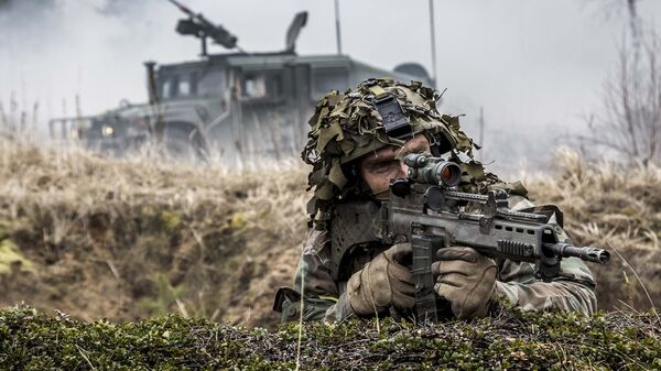 Военнослужащий войск НАТО во время учений в Латвии